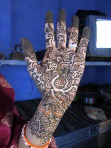 ヘナを施したインド女性の手