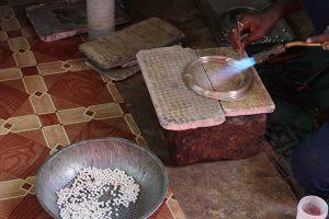 インドの職人がシルバービーズを作る工程1