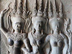 カンボジアの遺跡壁画にみえる煌びやかなアクセサリーを身に纏う女性たち
