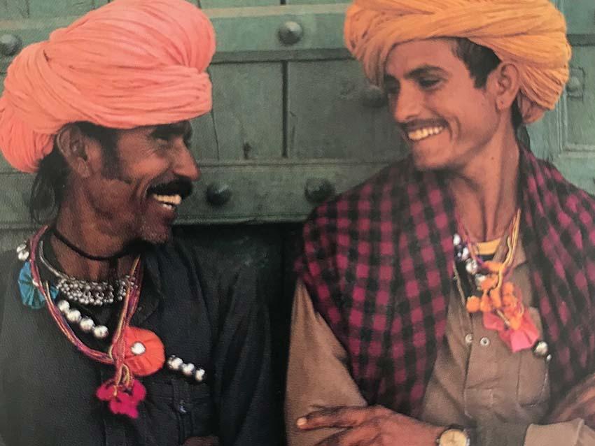 装飾を楽しむインドの男性