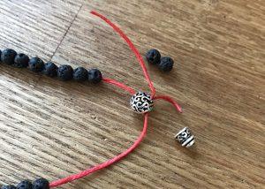 数珠パーツに紐の入れ方2