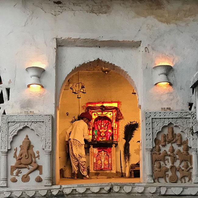インドの神に祈りを捧げている儀式