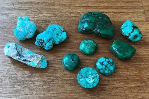 ターコイズの原石とビーズとカボション